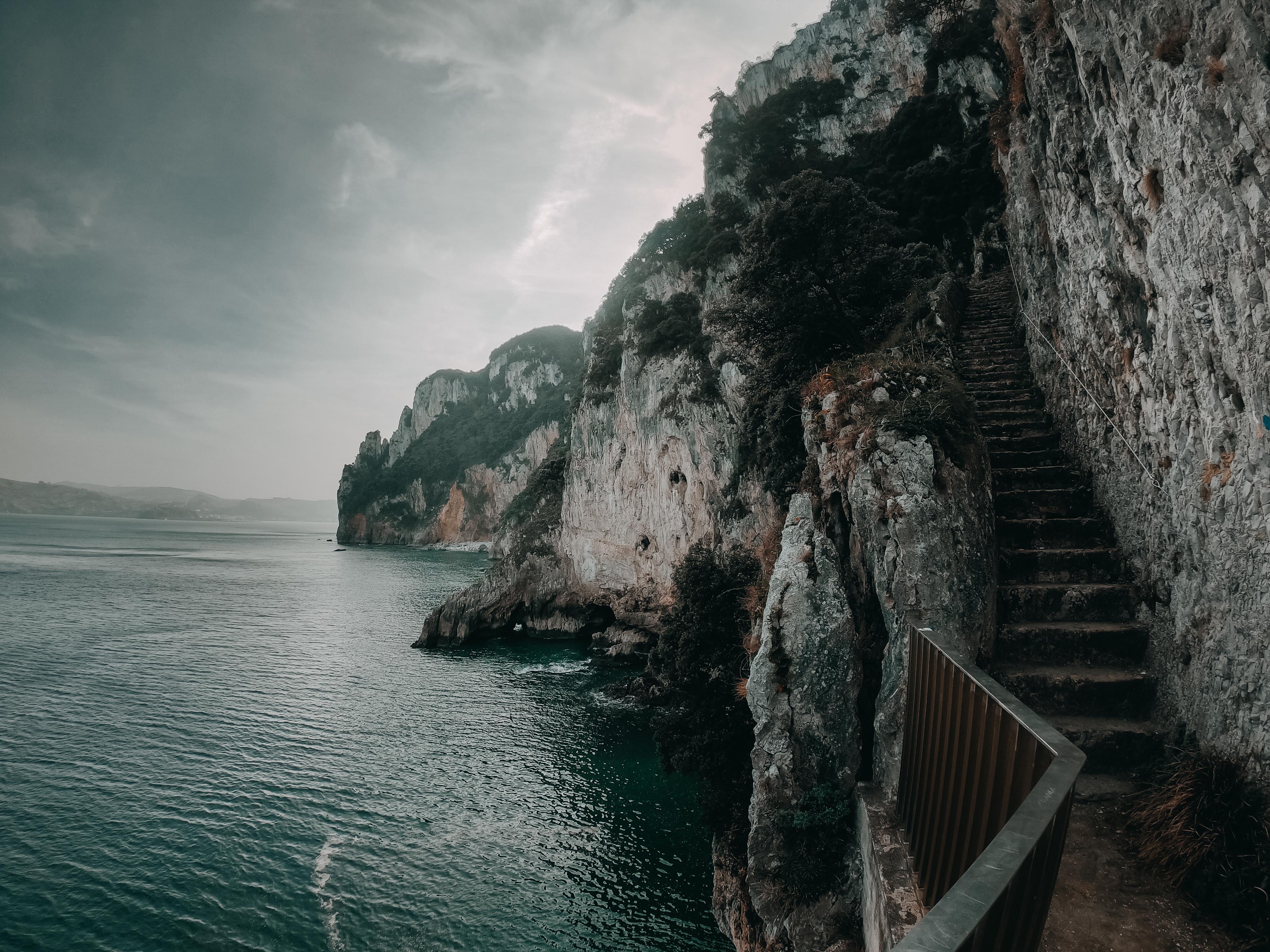 Escaleras y acantilados en el Monte Buciero, Santoña