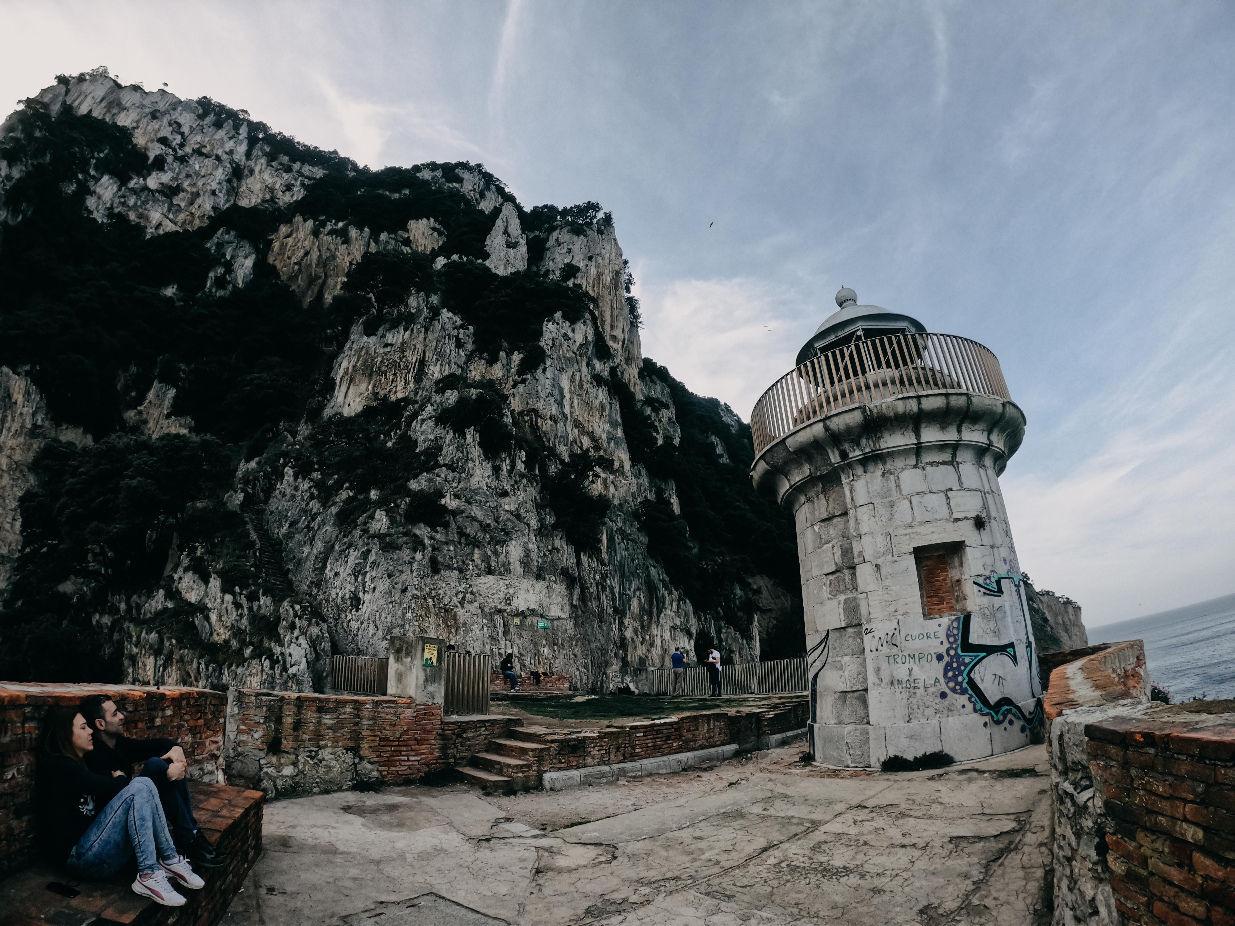 Acantilados que protegen al Faro del Caballo