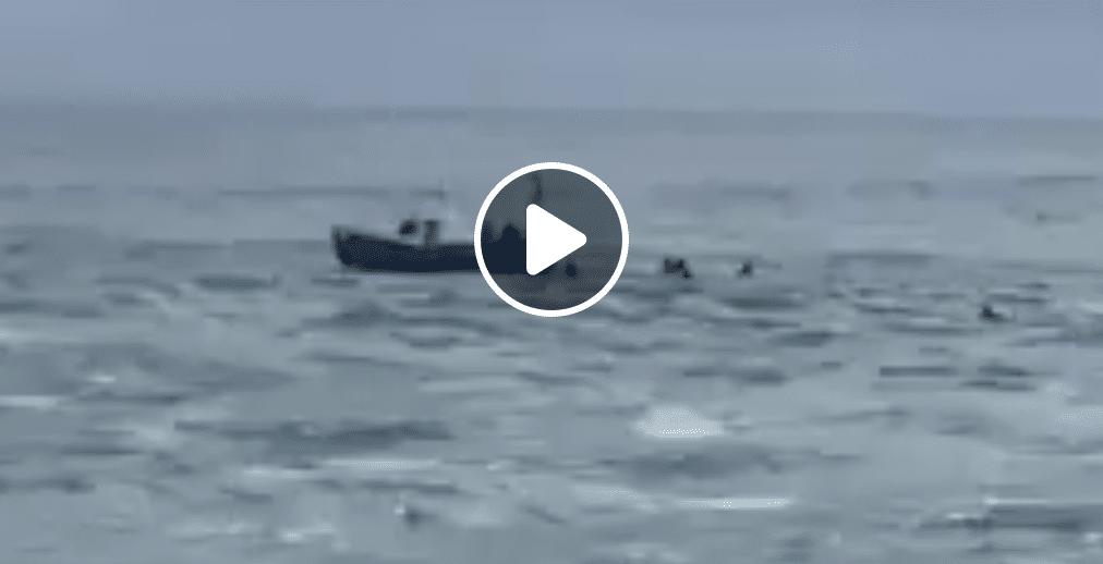 Surfistas rescatan un pesquero en San Vicente de la Barquera