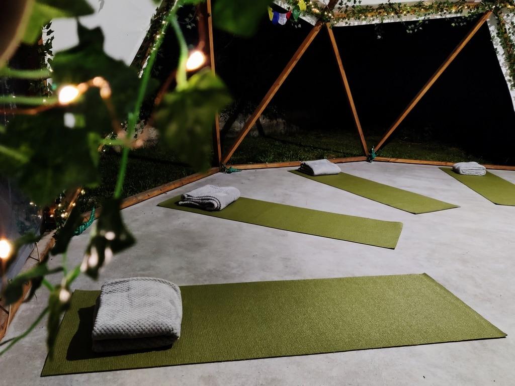 Clases de yoga en la carpa domo
